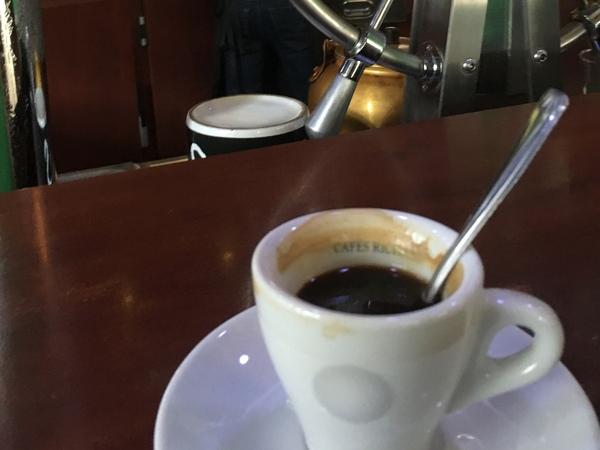 パリの平日蚤の市アリーグル蚤の市カフェ